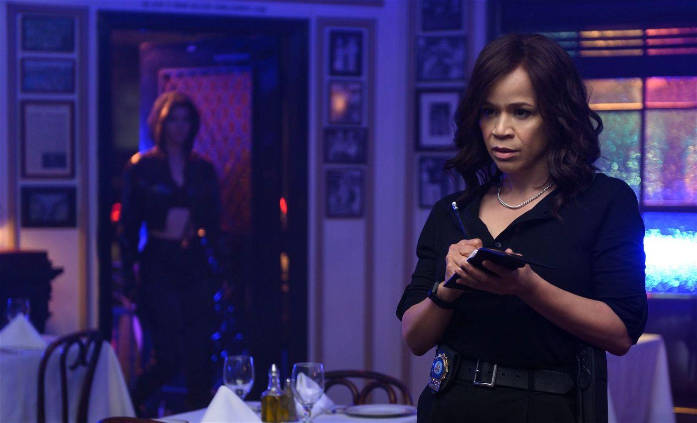 Polizistin Renee Montoya (Rosie Perez, rechts) wird auf Harley Quinn aufmerksam.
