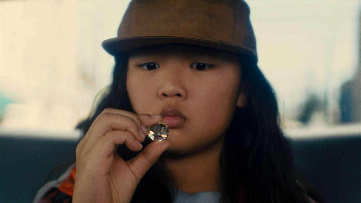 Die junge Taschendiebin Cassandra Cain (Ella Jay Basco) gerät ins Visier eines Nachtclubbesitzers.