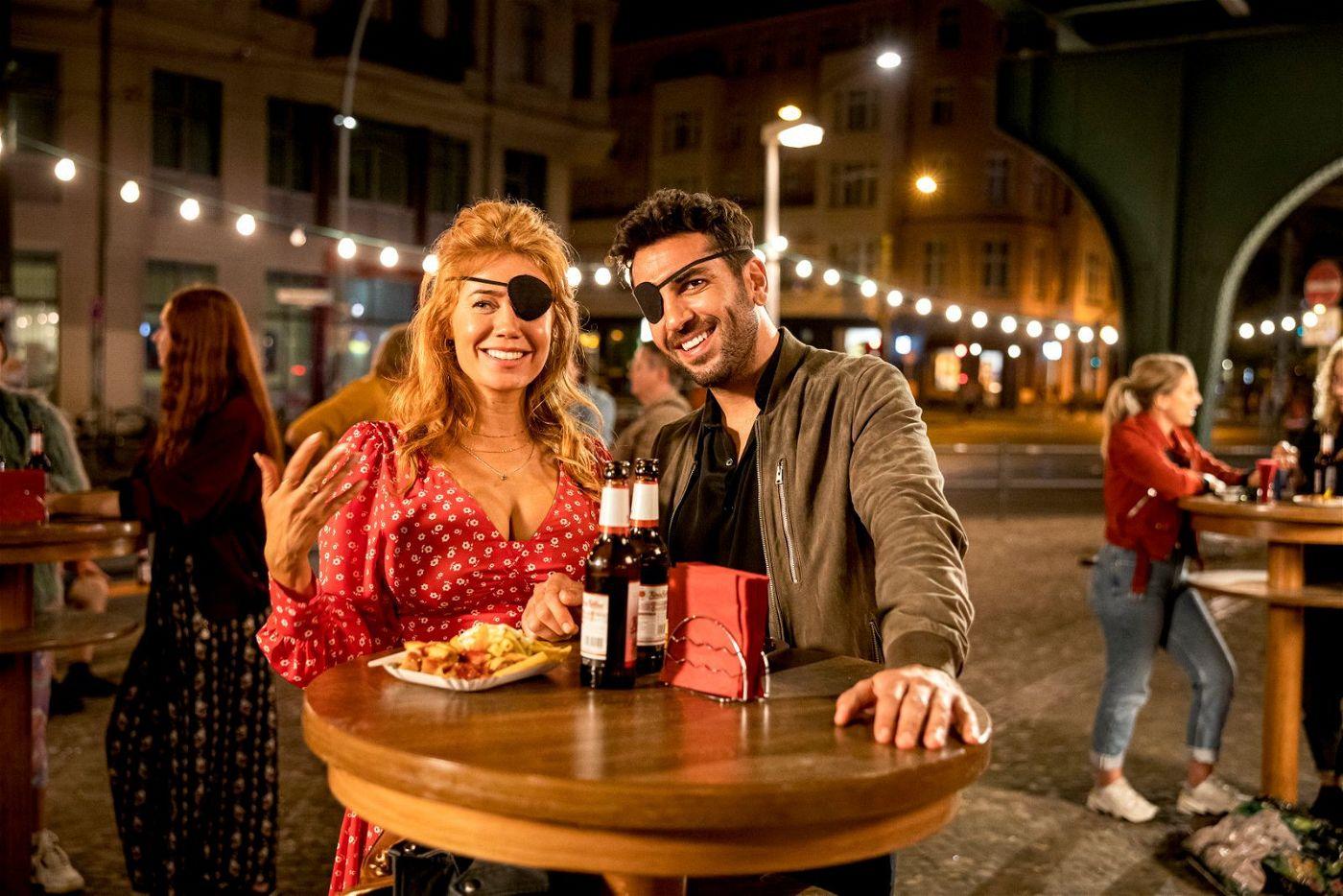 Zwischen Sunny (Palina Rojinski) und Milo (Elyas M'Barek) funkt es gewaltig.