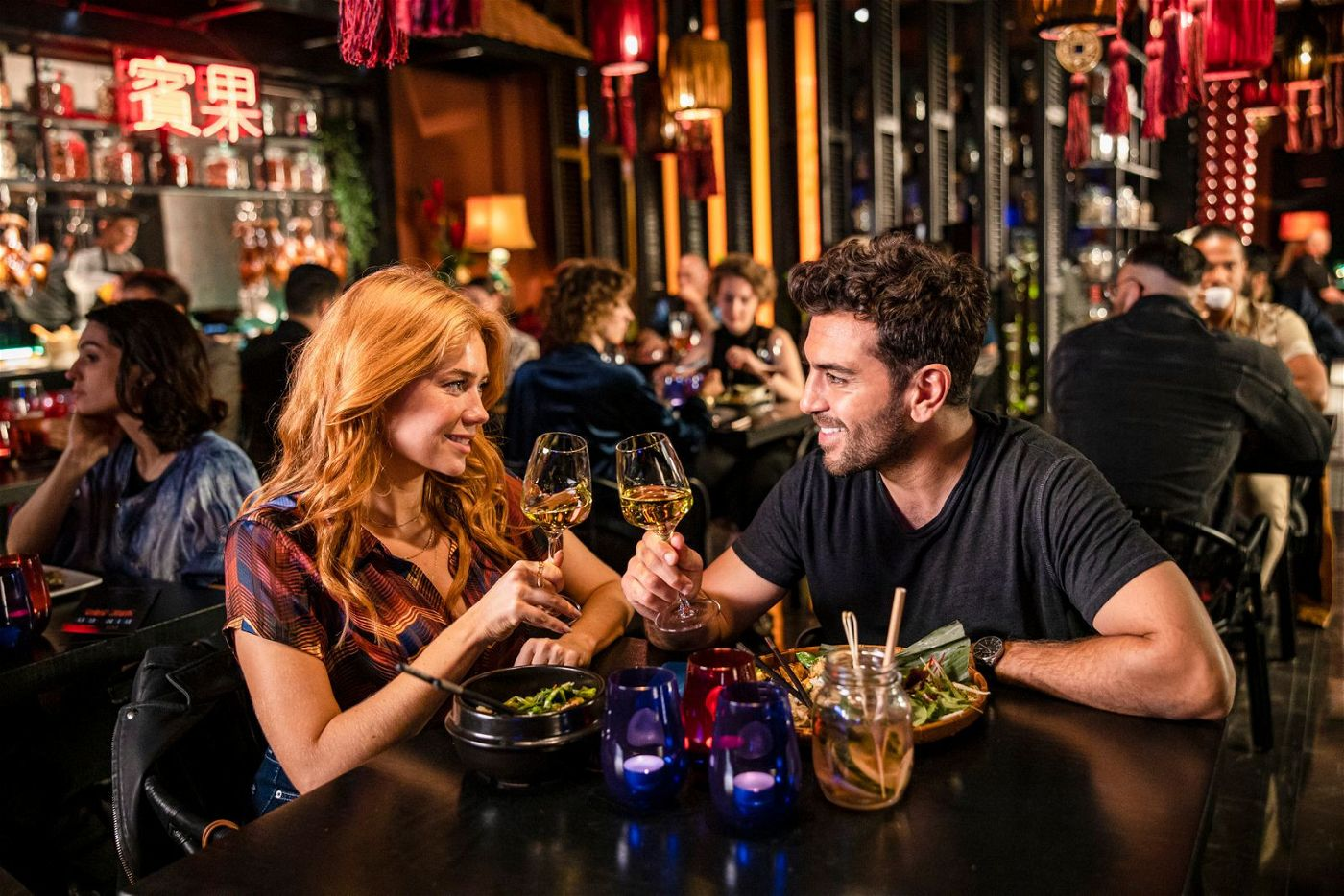 Prost: Sunny (Palina Rojinski) und Milo (Elyas M'Barek) freuen sich auf ihr Date. Doch dann kommt alles anders als gedacht.