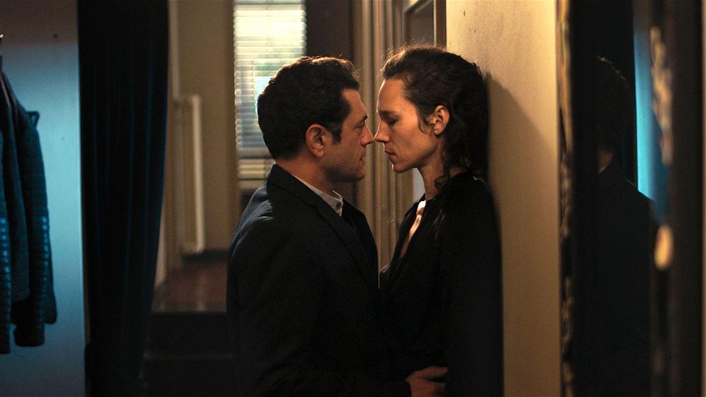 Unterwegs durch die Schweiz, lernt Privatdetektiv Suter (Vinicio Marchioni) die Witwe Anna (Sabine Timoteo) kennen.
