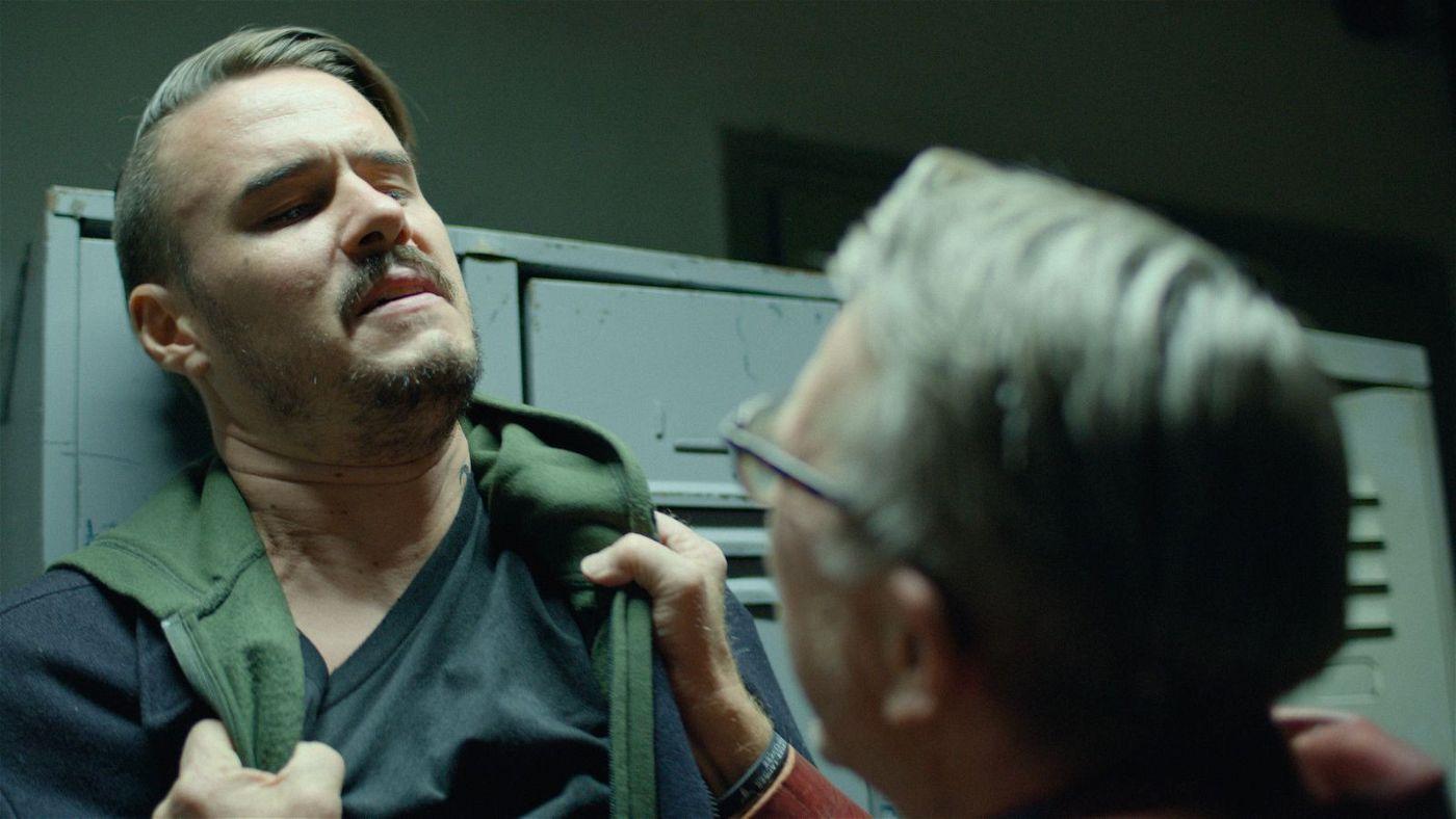 Ermittler Carsten (Tilman Strauß, links) hofft, dass Ozzy (Martin Semmelrogge) ihm helfen kann.