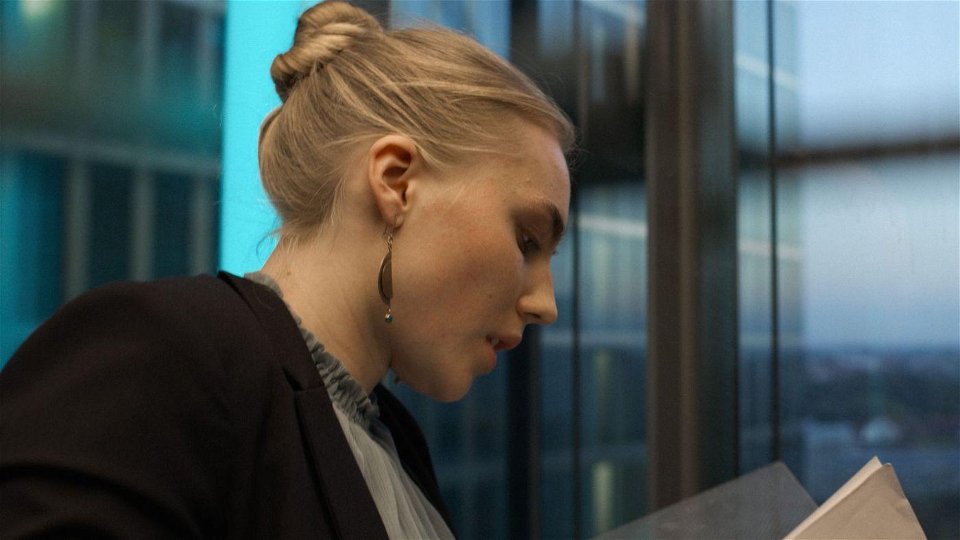 Kurz vor Feierabend entdeckt Compliance Managerin Ana (Elisa Schlott) dubiose Vorgänge in ihrer Firma.