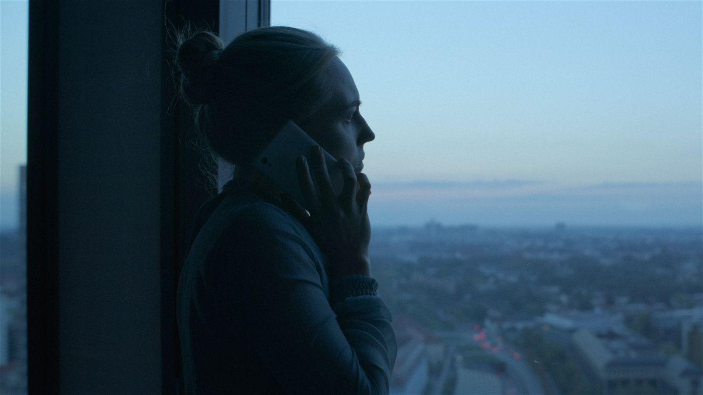 Ana (Elisa Schlott) ist unsicher, ob sie das Richtige tut.