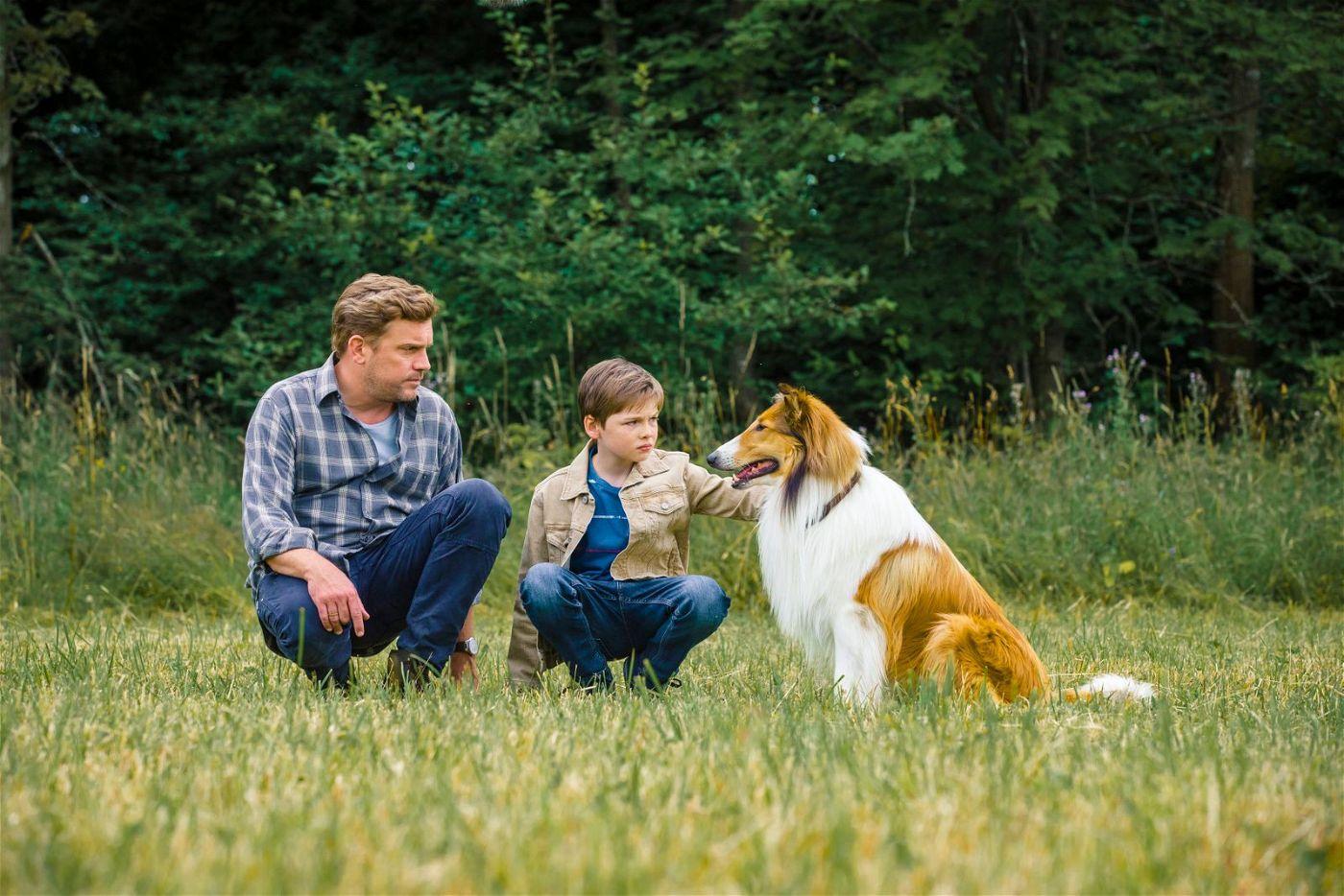 Andreas (Sebastian Bezzel, links) erklärt seinem Sohn Flo (Nico Marischka), dass Lassie vorübergehend beim Grafen wohnen muss.