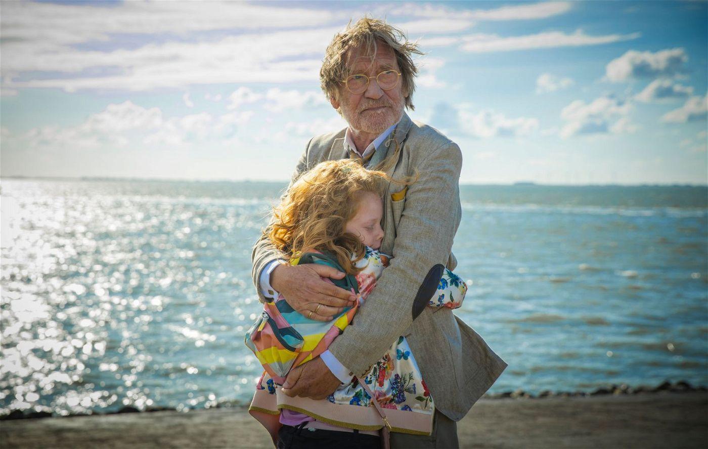 Graf von Sprengel (Matthias Habich) tröstet seine Enkelin Priscilla (Bella Bading), weil Lassie verschwunden ist.