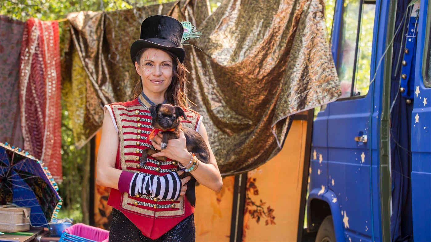 Zirkusartistin Franka (Jana Pallaske) und ihr Hund Toots geben der hungrigen Lassie vorübergehend ein Zuhause.