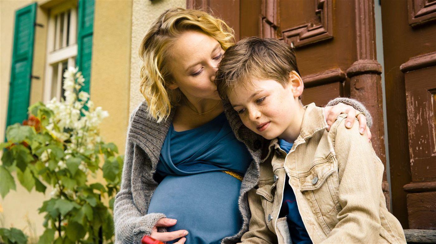 Sandra (Anna Maria Mühe) tröstet ihren Sohn Flo (Nico Marischka), weil die Familie Lassie weggeben musste.