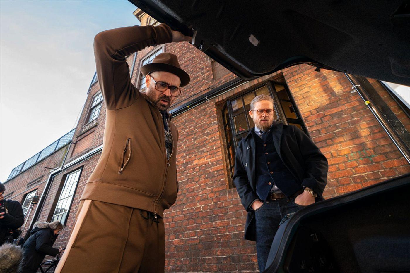 Der Coach (Colin Farrell, links) hat für Ray (Charlie Hunnam) ein ganz besonderes Geschenk im Kofferraum.