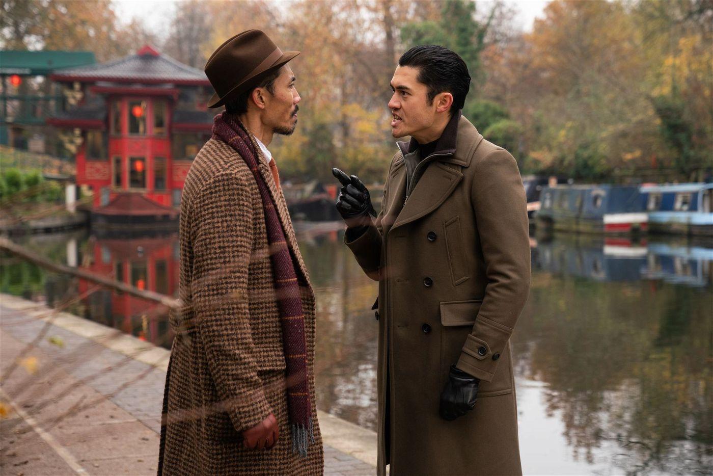 "Lord George (Tom Wu, links) ahnt nicht, dass ""Dry Eye"" (Henry Golding) ihn hintergeht."
