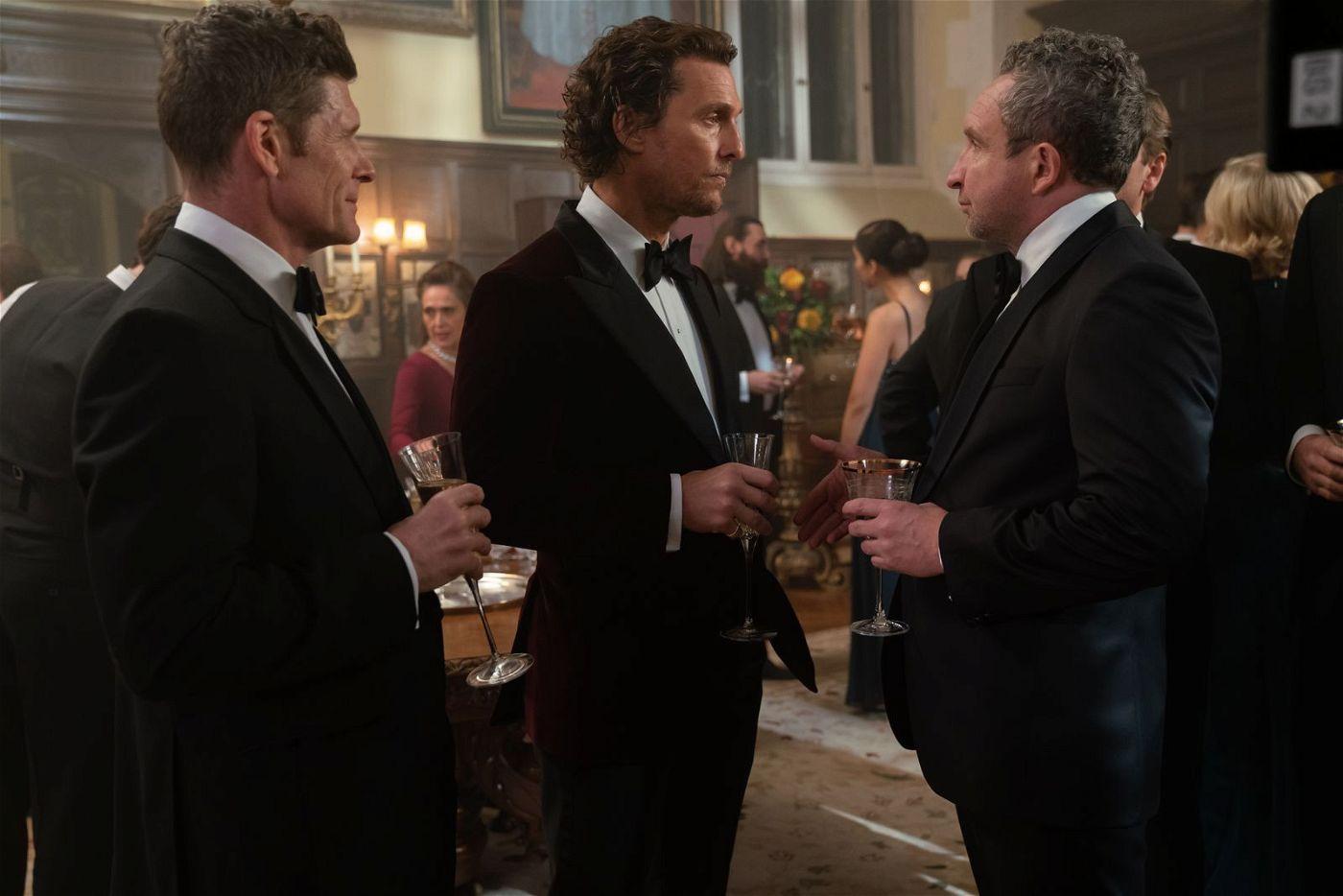 """""""Big Dave"""" (Eddie Marsan, rechts), Verleger eines britischen Revolverblatts, will wissen, was für ein Spiel Mickey Pearson (Matthew McConaughey, Mitte) spielt."""