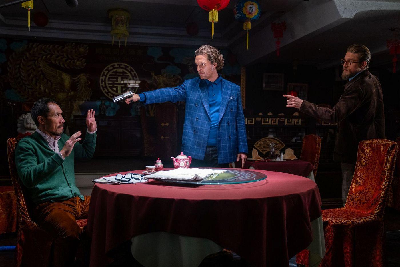 Mickey (Matthew McConaughey, Mitte) und Ray (Charlie Hunnam, rechts) statten Lord George (Tom Wu) einen Besuch ab.