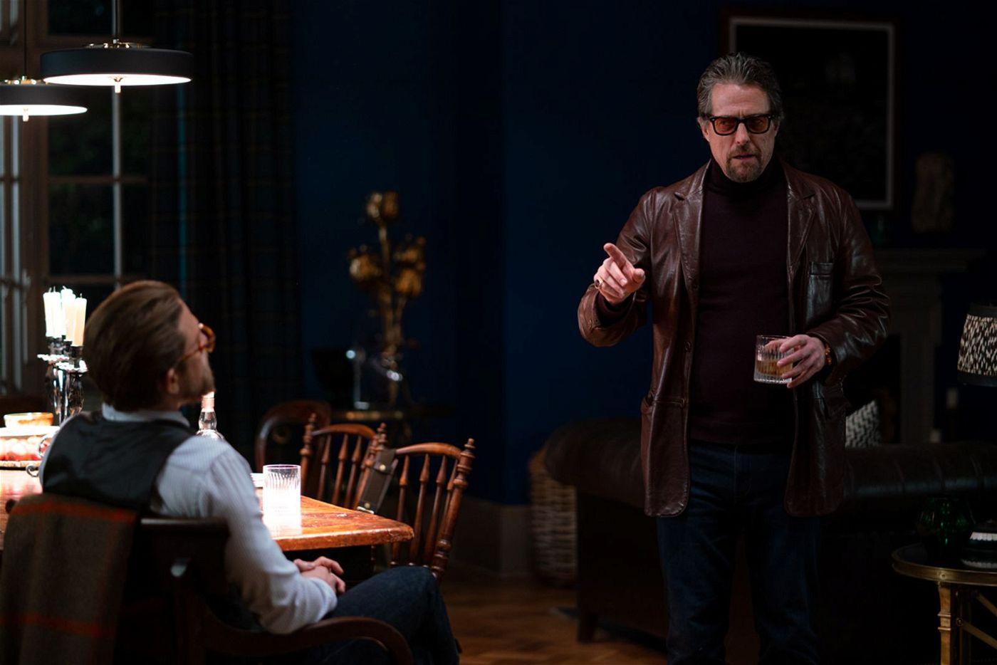 Fletcher (Hugh Grant, rechts) erklärt Ray (Charlie Hunnam) seine Verschwörungstheorie.