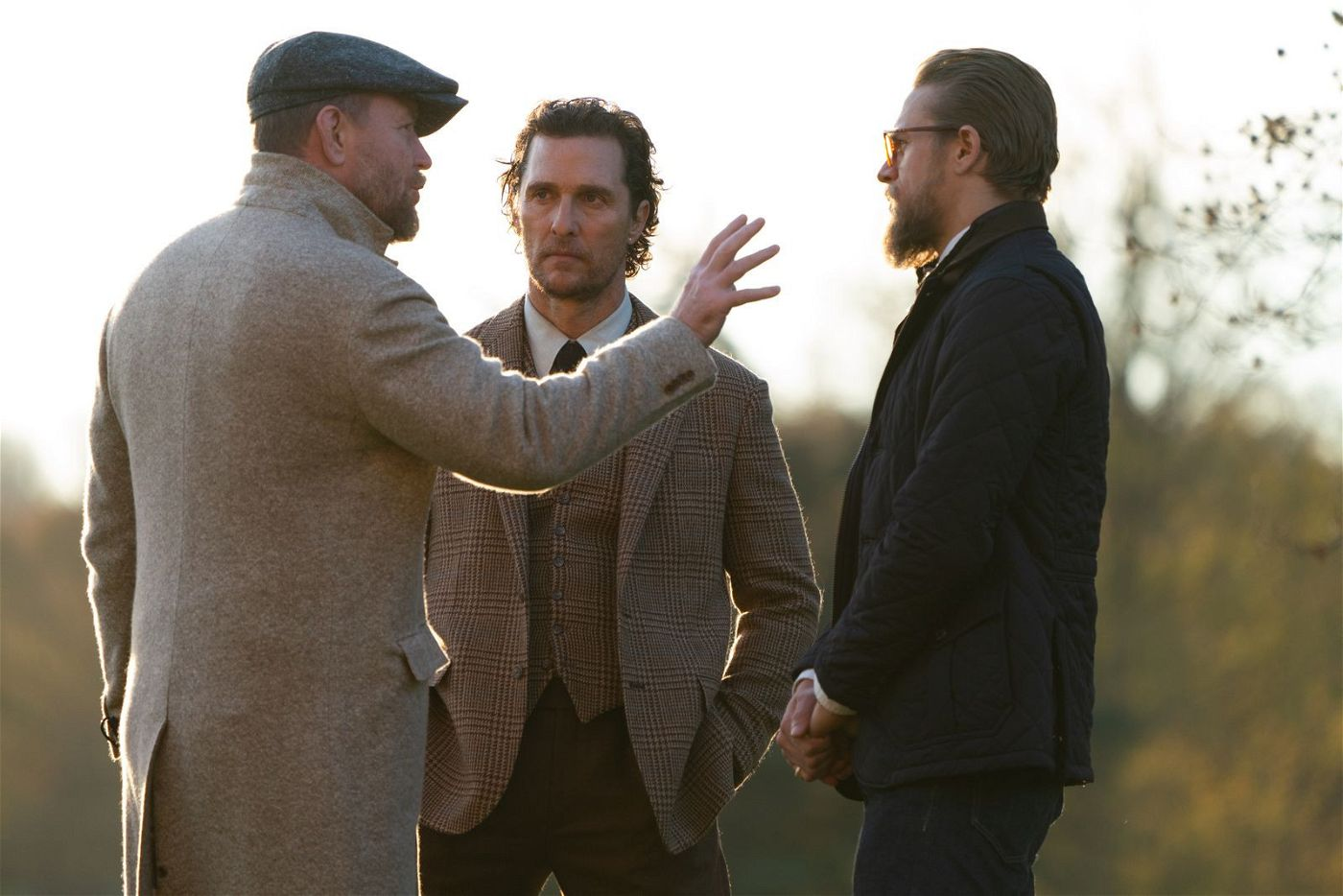 Am Set: Regisseur Guy Ritchie (links) erklärt Matthew McConaughey (Mitte) und Charlie Hunnam eine Szene.