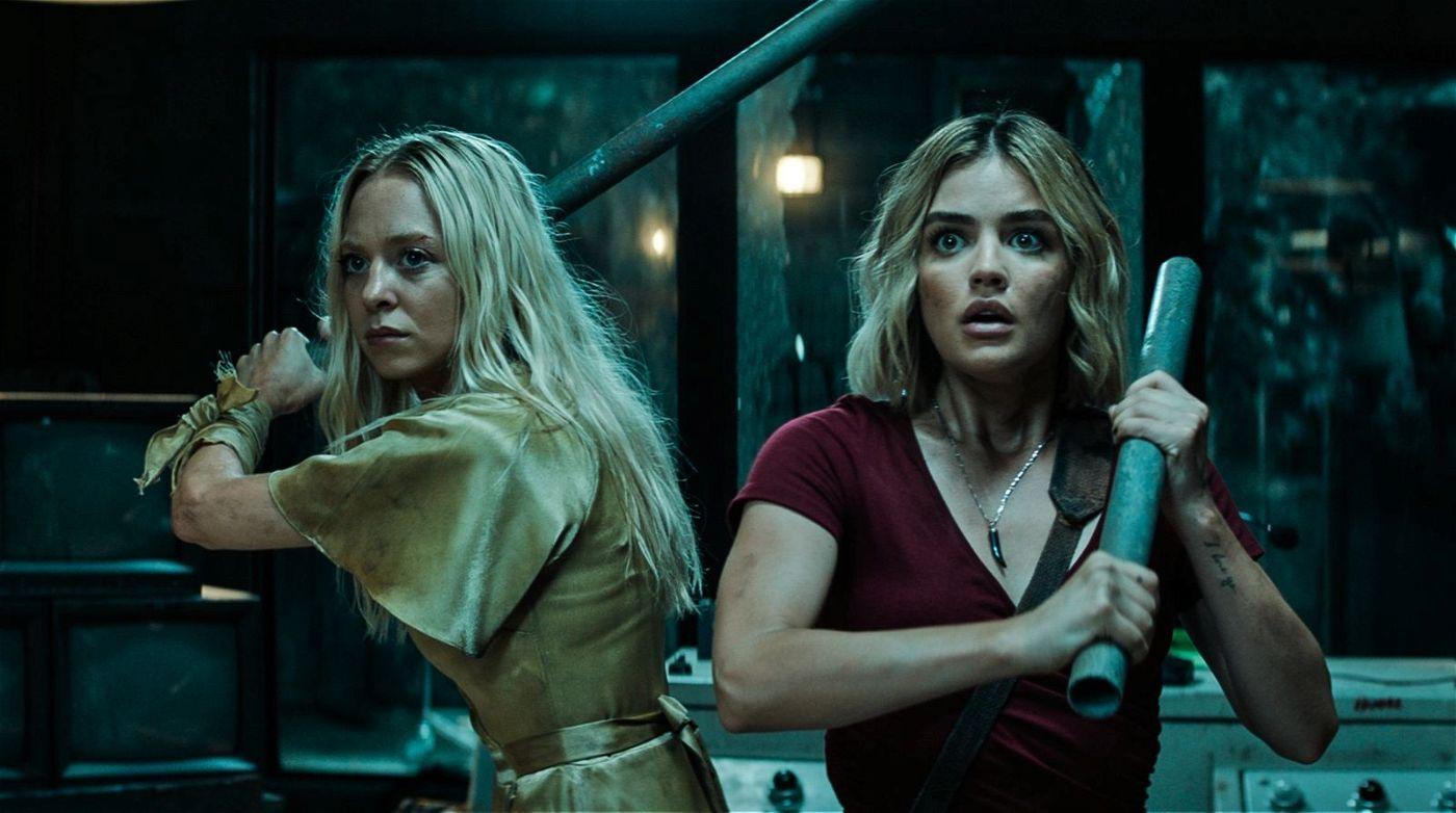 Sloane (Portia Doubelday, links) und Melanie (Lucy Hale) merken, dass sie einen gemeinsamen Feind haben.