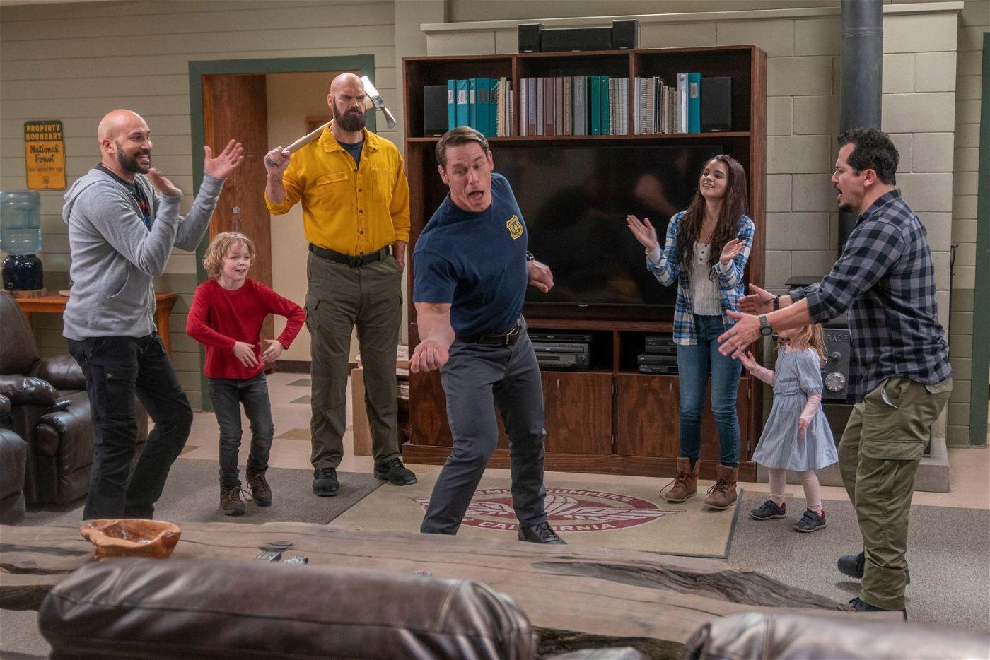 Die Kinder mischen die Feuerwache gehörig auf. Von links: Mark (Keegan-Michael Key), Will (Christian Convery), Axe (Tyler Mane), Jake (John Cena), Brynn (Brianna Hildebrand), Zoey (Finley Rose Slater) und Rodrigo (John Leguizamo).