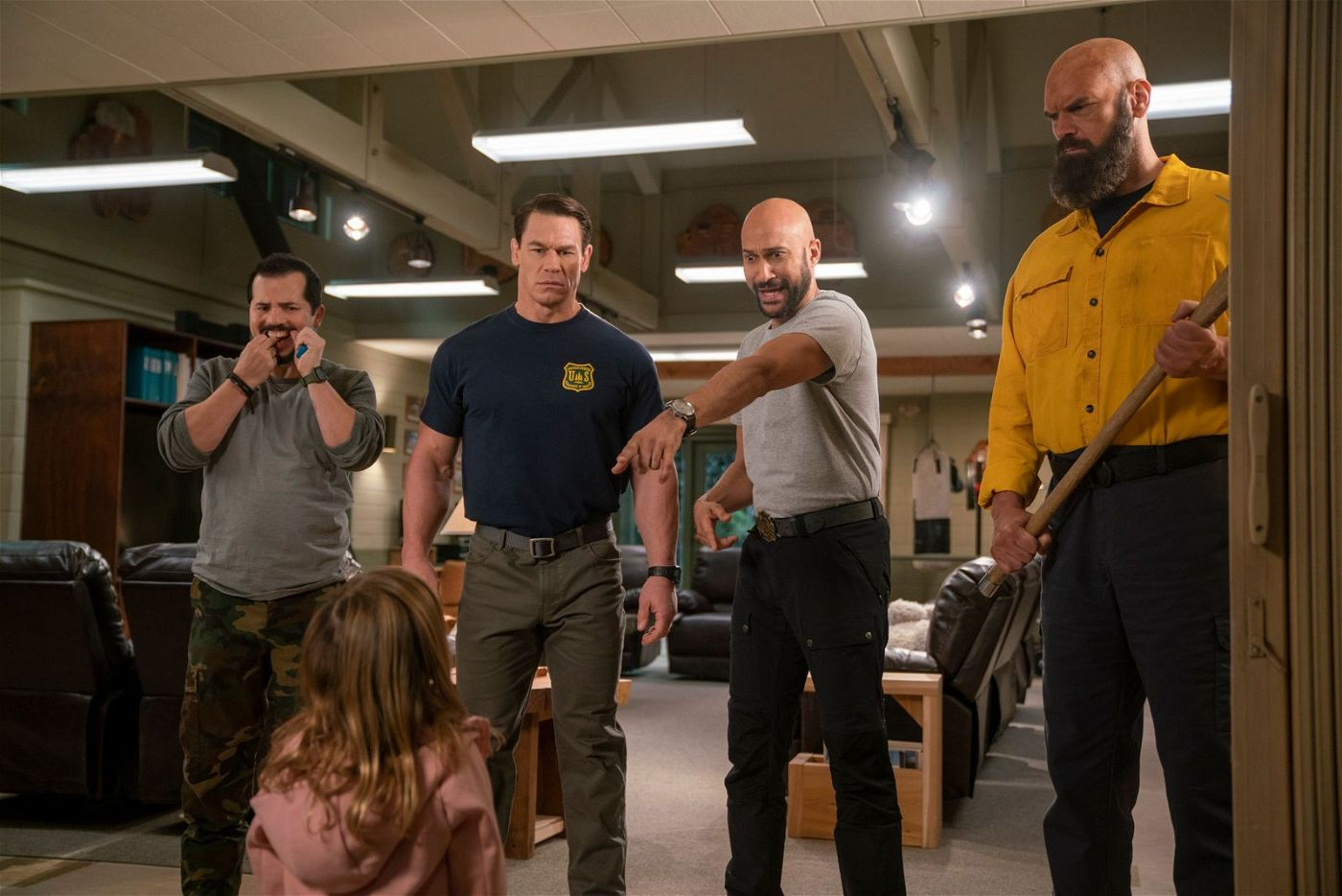 Was tun mit einem kleinen Mädchen (Finley Rose Slater), das heult? Rodrigo (John Leguizamo), Jake (John Cena), Mark (Keegan-Michael Key) und Axe (Tyler Mane, von links) sind völlig überfragt.