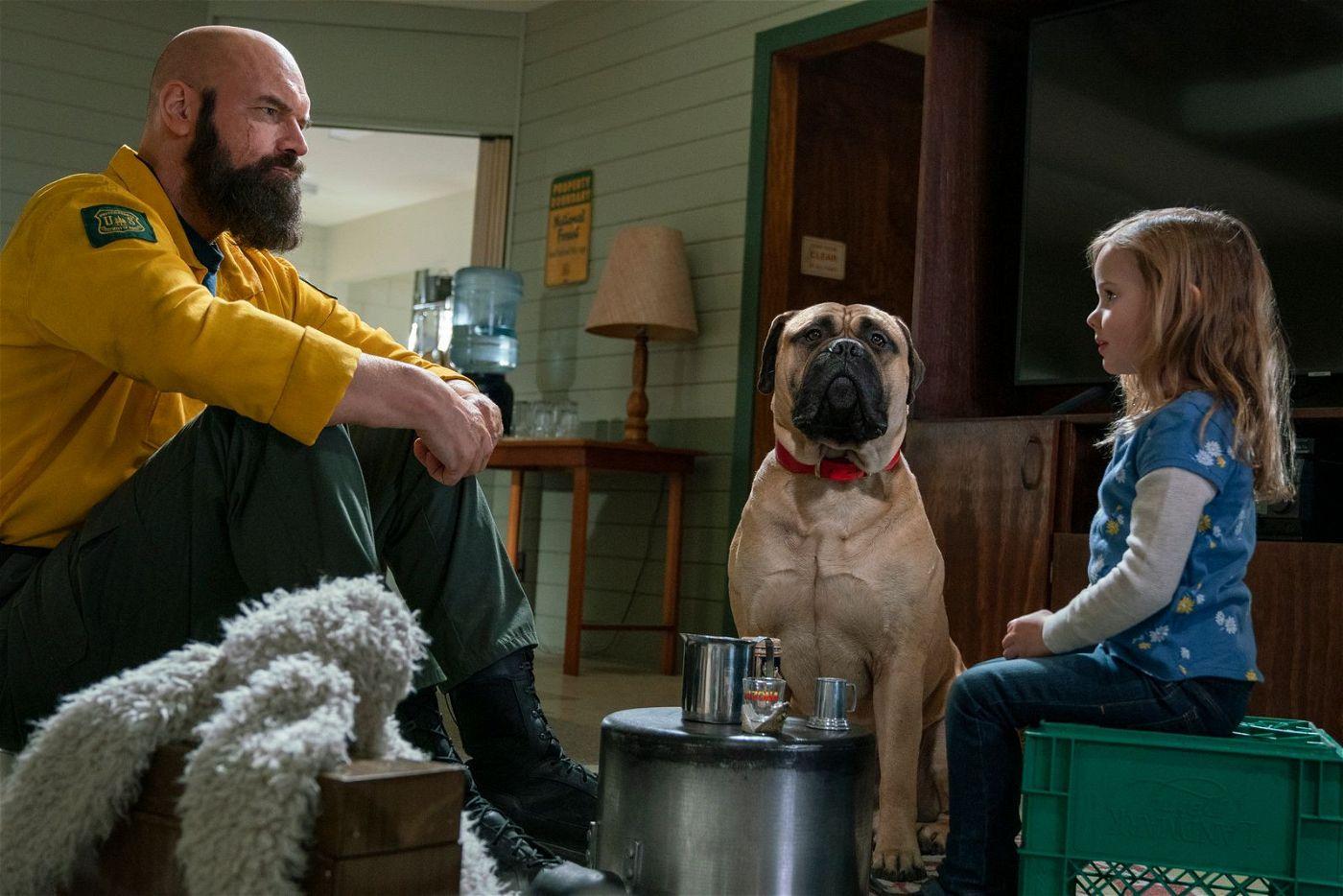 Axe (Tyler Mane) ist bekannt dafür, dass er nie spricht und nur grimmig vor sich hin brummelt. Ob sich das beim Teetrinken mit der kleinen Zoey (Finley Rose Slater) ändern wird?