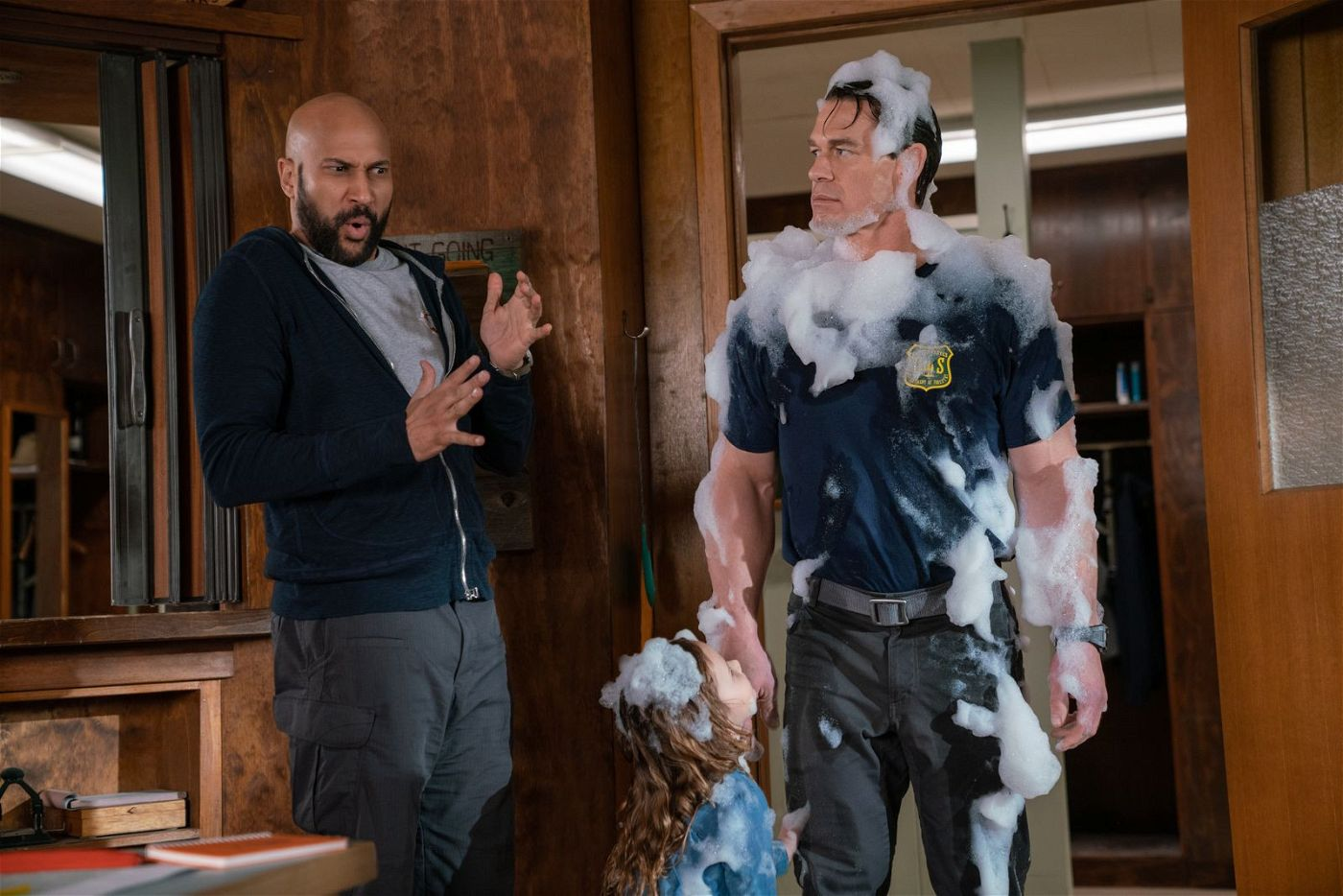 Kinder sind definitiv nicht das Spezialgebiet von Mark (Keegan-Michael Key, links) und Jake (John Cena). Doch nun sind sie gezwungenermaßen die Babysitter von Zoey (Finley Rose Slater) - mit allen Konsequenzen.