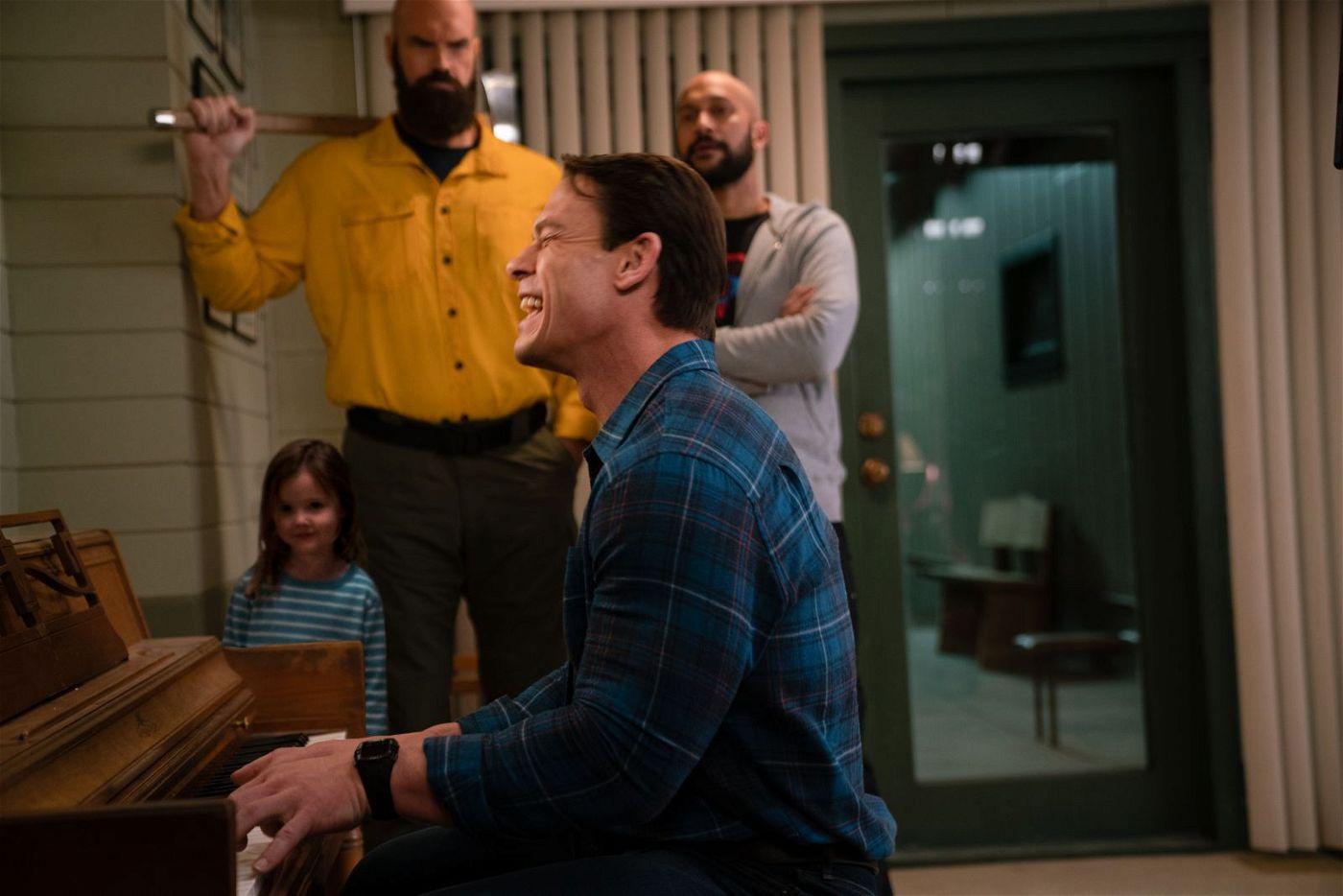 Eigentlich stand das Klavier von Jakes (John Cena, vorne) Vater lange abgedeckt in der Ecke. Als die Kinder es nun aber aus dem Versteck holen, muss er einfach wieder darauf spielen.