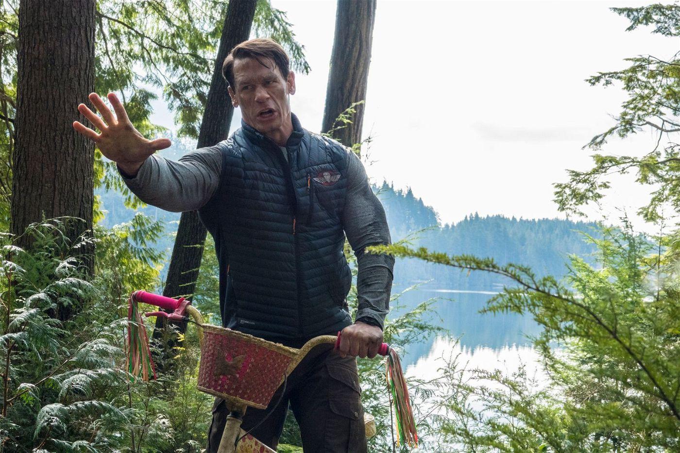 Um sein Quad einzuholen, mit dem die Kinder verschwunden sind, tritt Jake (John Cena) kurzerhand in die Pedale eines rosafarbenen Kinderfahrrads.