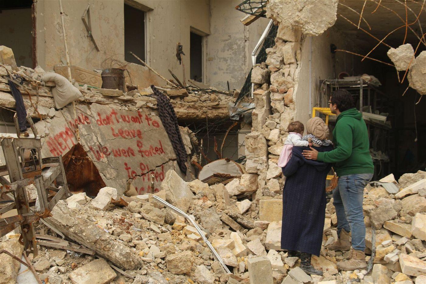In den Trümmern von Aleppo: Waad und ihr Mann Hamza mit ihrer neugeborenen Tochter.