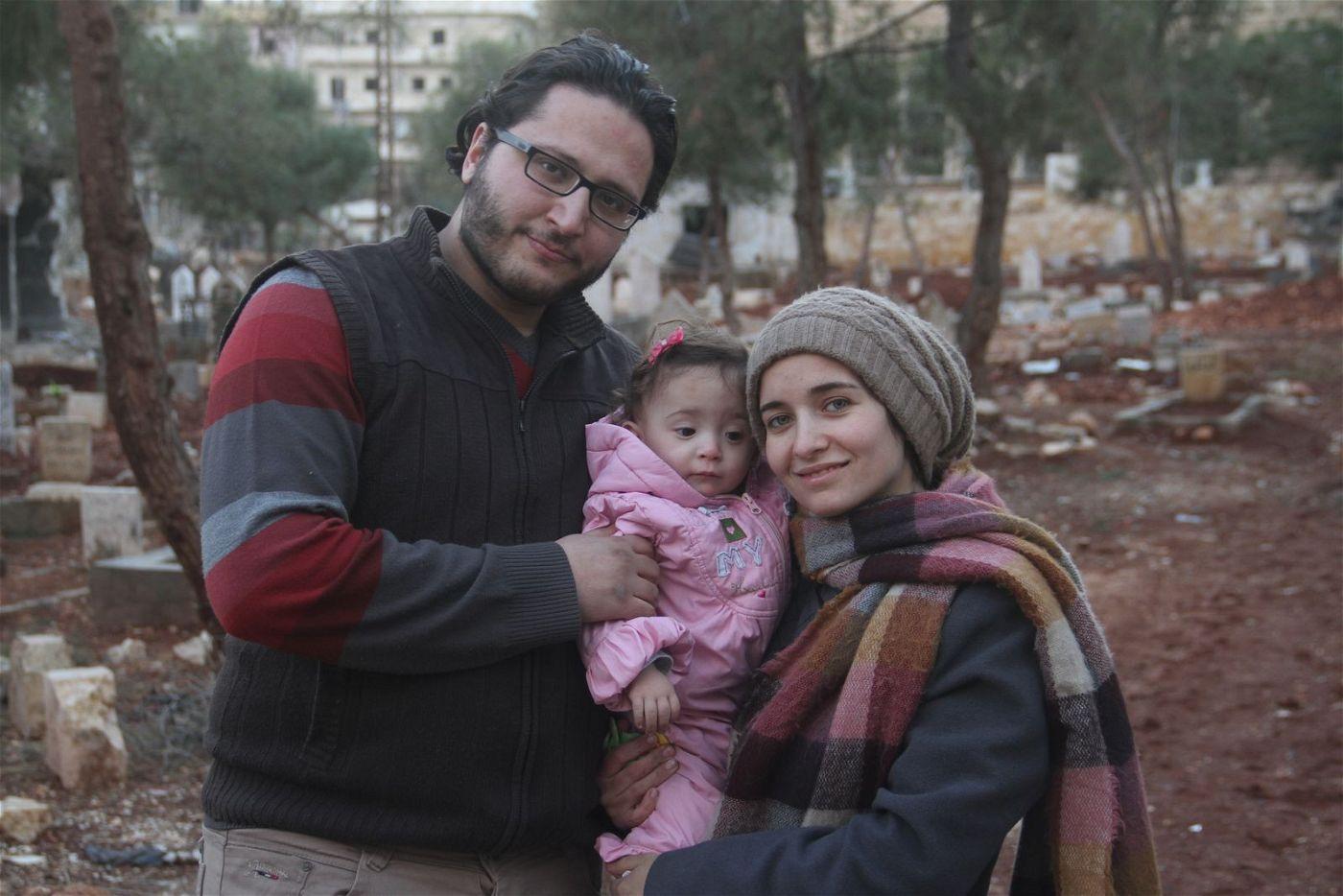 Hamza, Waad und ihre Tochter Sama versuchen, inmitten der Bomben ein halbwegs normales Leben zu führen.