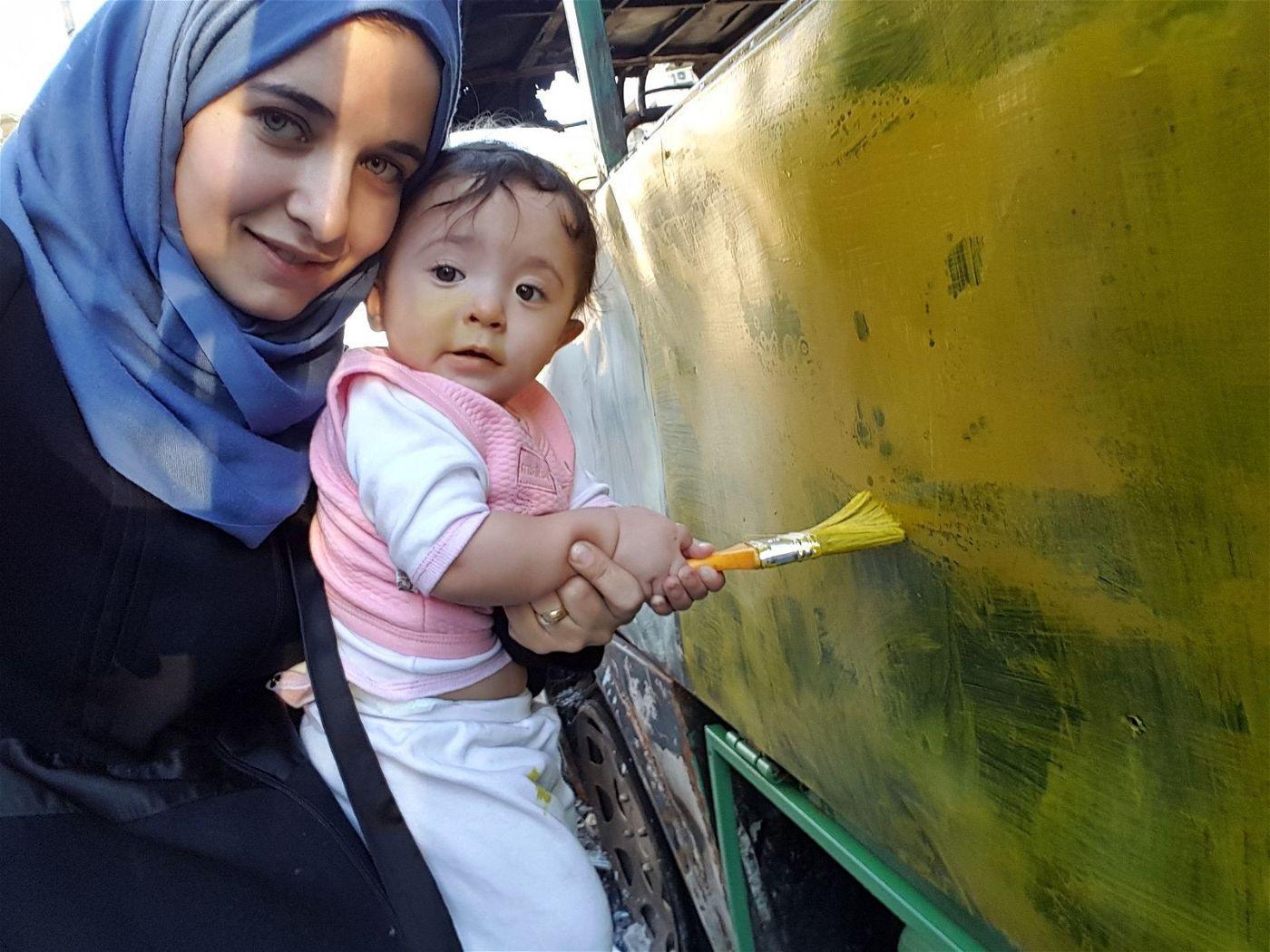 Waad will ihrer Tochter Sama eine normale Kindheit ermöglichen. Als sie merkt, dass das in Aleppo nicht möglich ist, verlässt sie mit ihrer Familie Syrien.