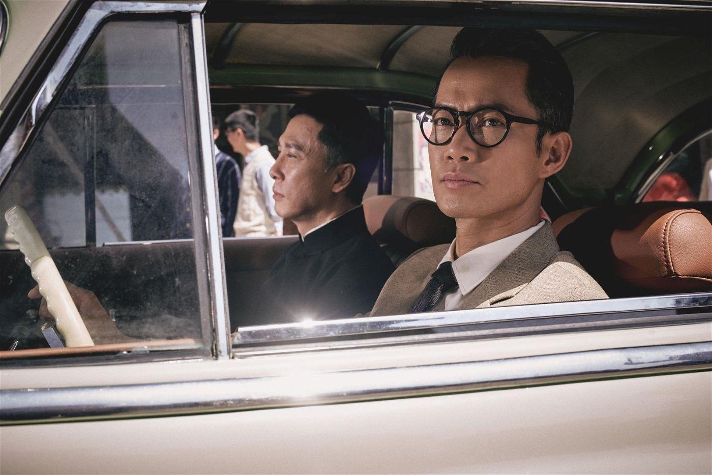 Ein Bekannter der Familie holt Ip Man (Donnie Yen, links) am Flughafen ab und bringt ihn nach Chinatown in San Francisco.