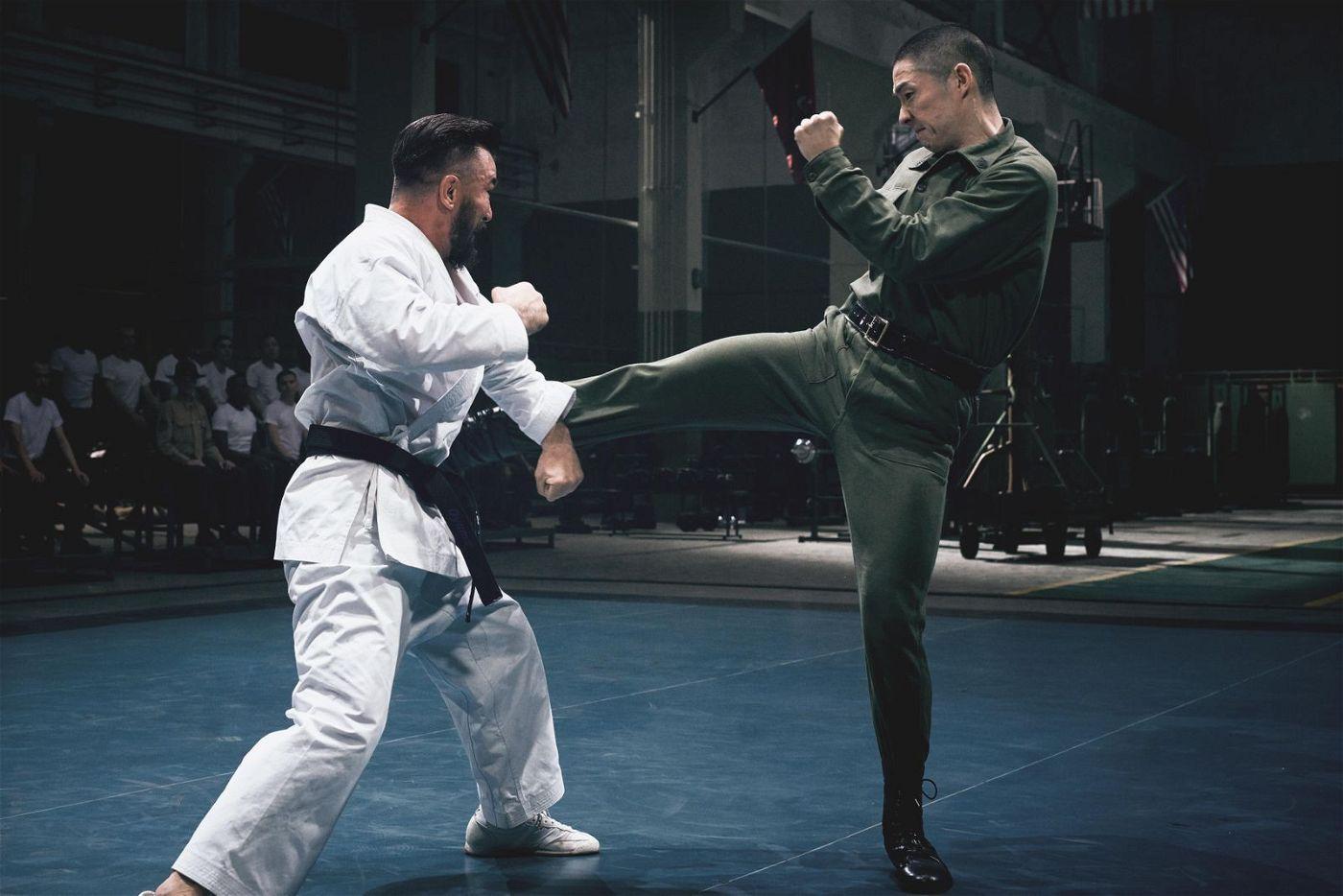 Japanische gegen chinesische Kampfkunst: Der US-Marine Colin Frater (Chris Collins, links) legt sich mit Bruce Lees Schüler Hartman Wu (Vanness Wu) an.