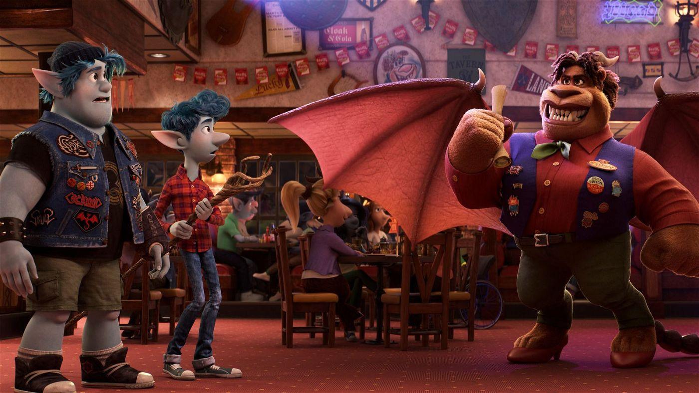 Unterwegs begegnen Barley (links) und Ian der furchterregenden Mantikor - sie leitet in der modernen Welt ein Familienrestaurant.