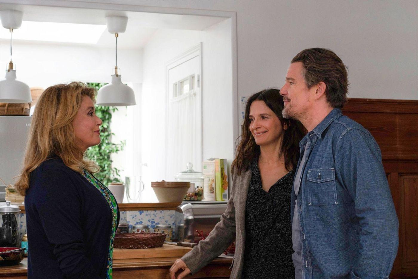 Man sieht es ihr nicht an. Aber Lumir (Juliette Binoche), die mit ihrem Mann Hank (Ethan Hawke) aus New York zu Besuch ist, schäumt innerlich vor Wut, weil ihre Mutter Fabienne (Catherine Deneuve, links) in ihren Memoiren nur Lügen und Unwahrheiten verbreitet.