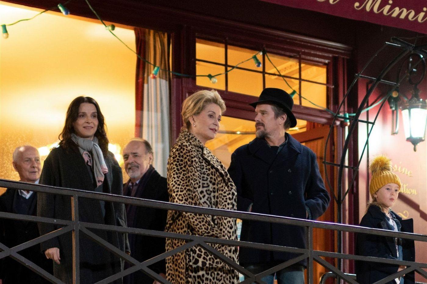 Zwischen Lumir (Juliette Binoche, links) und Fabienne (Catherine Deneuve) herrschte schon mal bessere Stimmung. Das fällt auch Lumirs sonst ziemlich desinteressiertem Mann Hank (Ethan Hawke) auf.