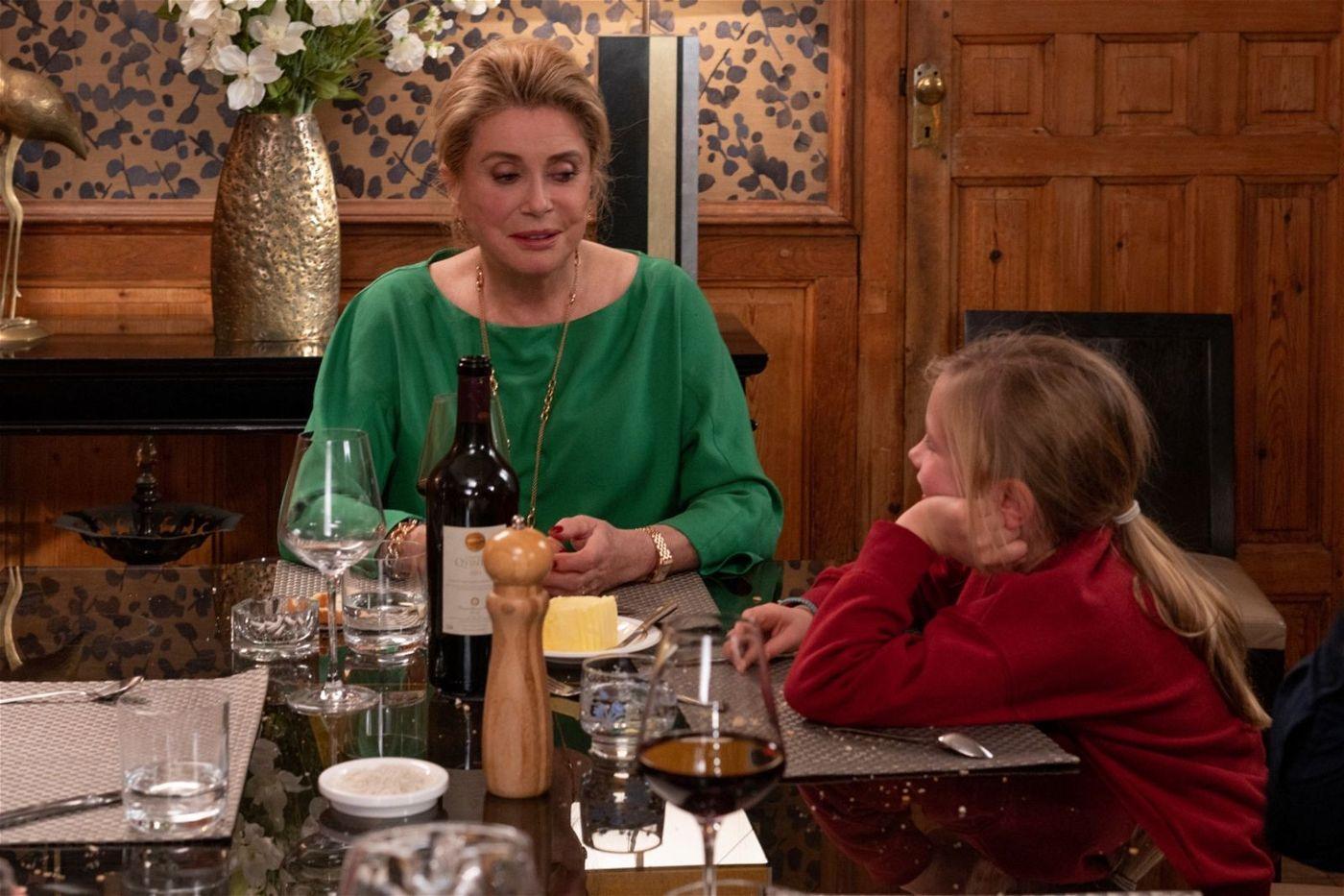 Fabienne (Juliette Binoche, links) weiht ihre Enkelin Charlotte (Clémentine Grenier) in die Geheimnisse der Hexerei ein.
