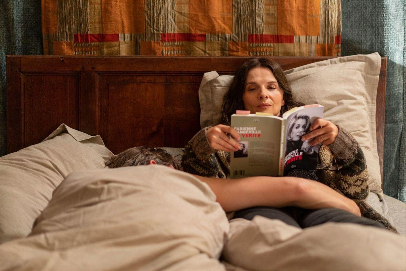 In der Autobiografie ihrer Mutter findet Lumir (Juliette Binoche) nichts als Lügen und verdrehte Wahrheiten.