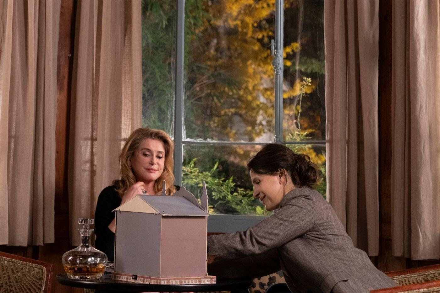 So kompliziert ihre Mutter-Tochter-Beziehung auch ist: Am Ende erkennen Fabienne (Catherine Deneuve, links) und Lumir (Juliette Binoche), dass unterschiedliche Erinnerungen ihre Bande nicht trennen können.