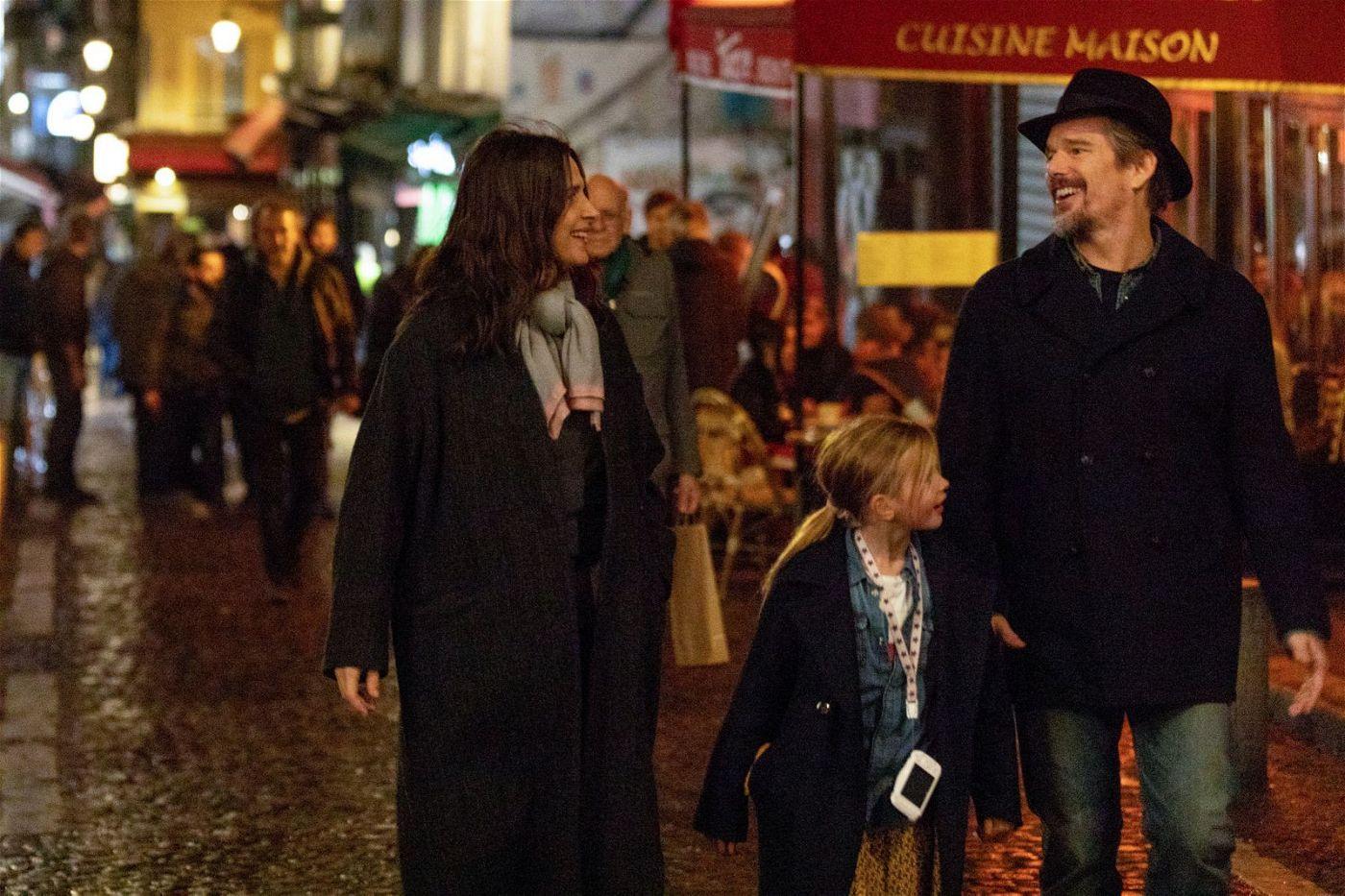 Lumir (Juliette Binoche), Hank (Ethan Hawke) und ihre Tochter Charlotte (Clémentine Grenier) reisen nach Frankreich, um Fabienne zu besuchen.