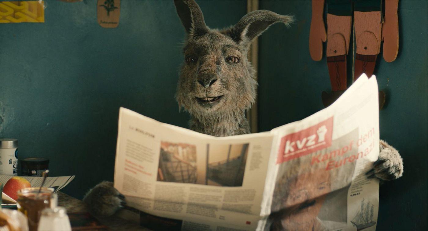 Das Känguru studiert die zu einem Kommunisten passende Lektüre.