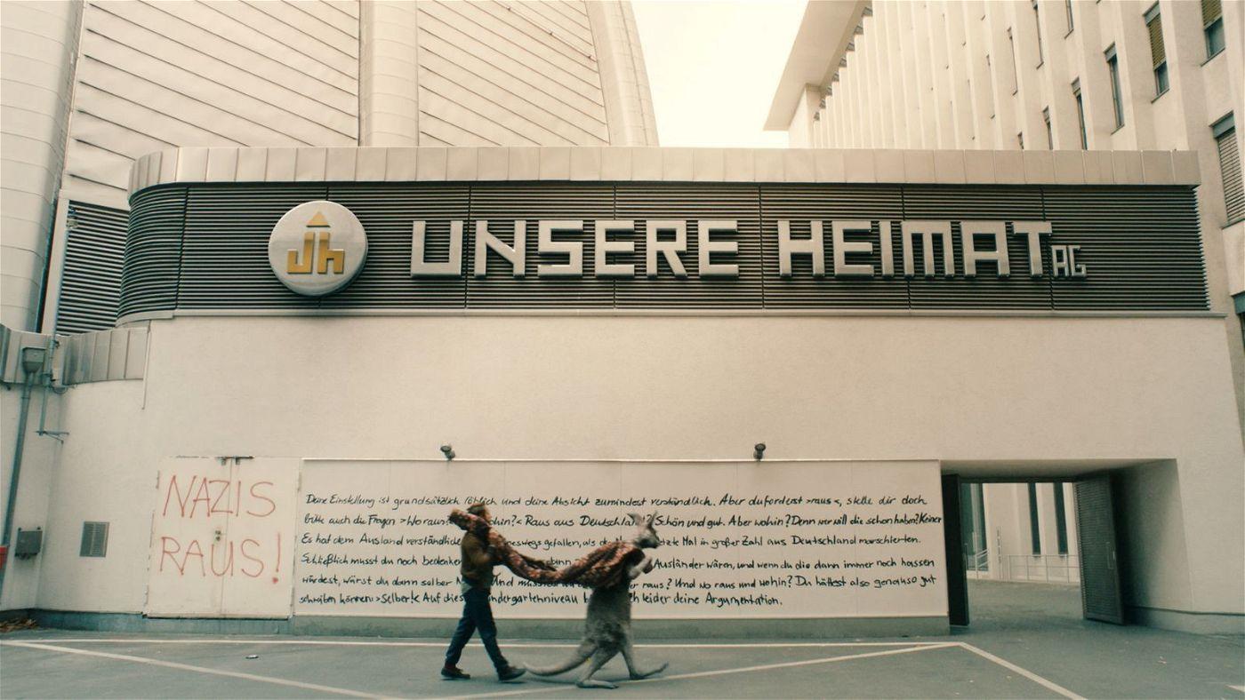"""""""Nazis raus!"""" steht an der Zentrale der """"Unsere Heimat AG"""". In diesem Punkt sind sich Marc-Uwe (Dimitrij Schaad) und das Känguru einig."""