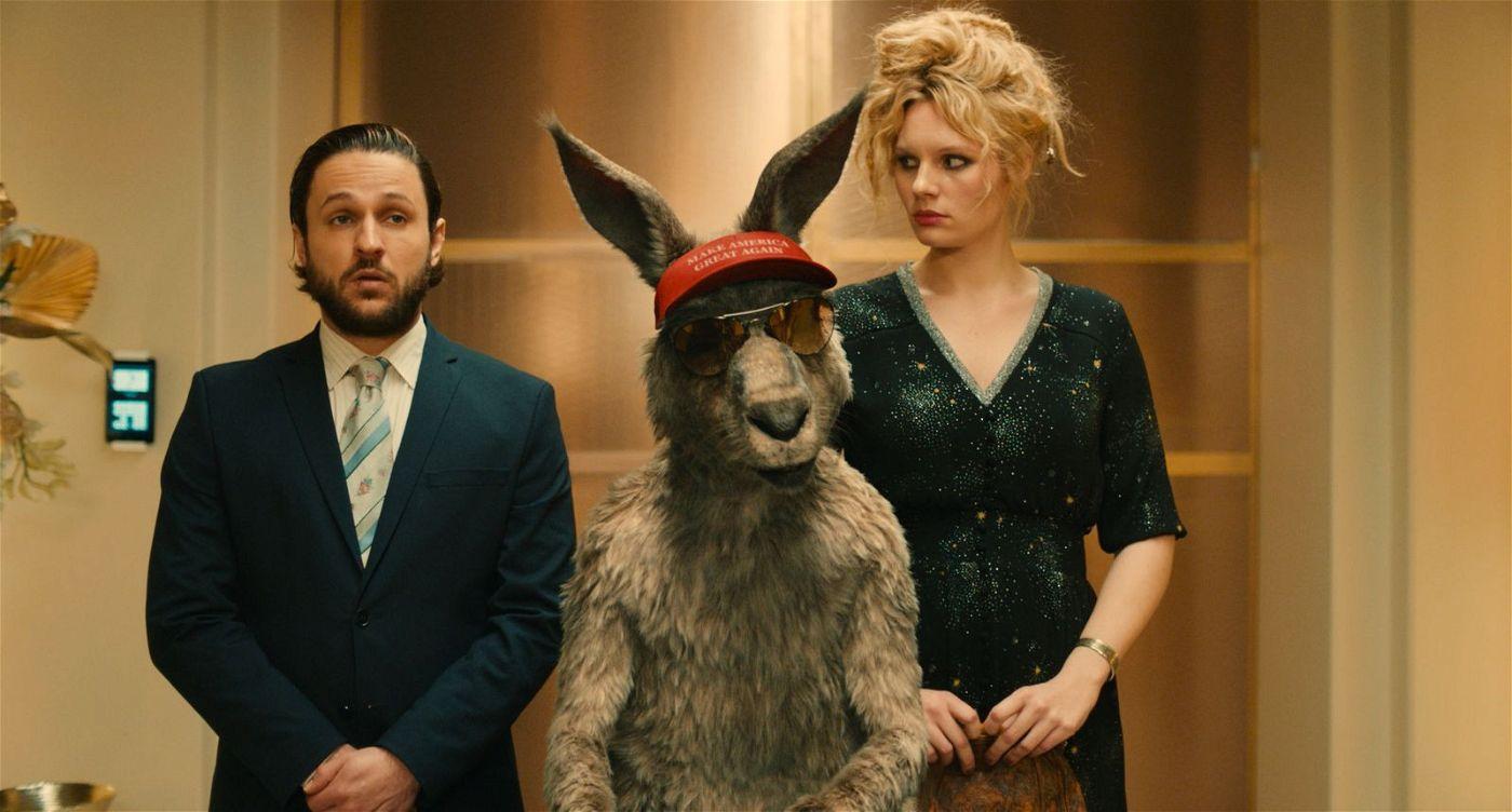 Marc-Uwe (Dimitrij Schaad), das Känguru und Maria (Rosalie Thomass) begeben sich auf geheime Mission. Auf einer Dinner-Party des Immobilien-Hais hoffen sie an Beweismittel für dessen Machenschaften zu gelangen.