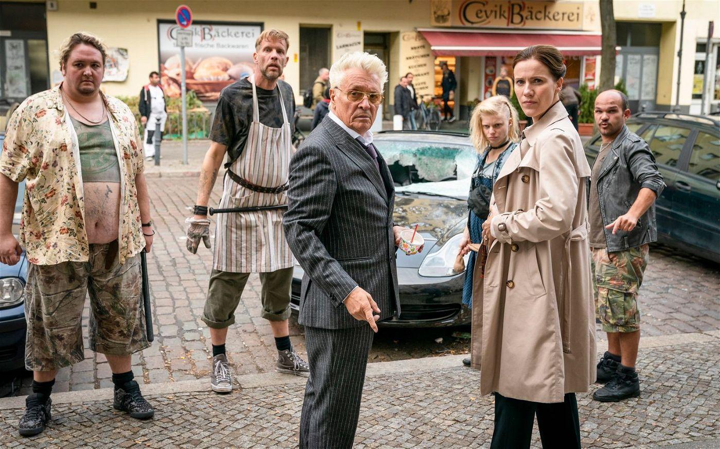 Jörg Dwigs (Henry Hübchen, dritter von links) und seine Frau Jeanette (Bettina Lamprecht) sind das Böse in Person und schrecken auch nicht vor der Hilfe von Neonazis zurück.