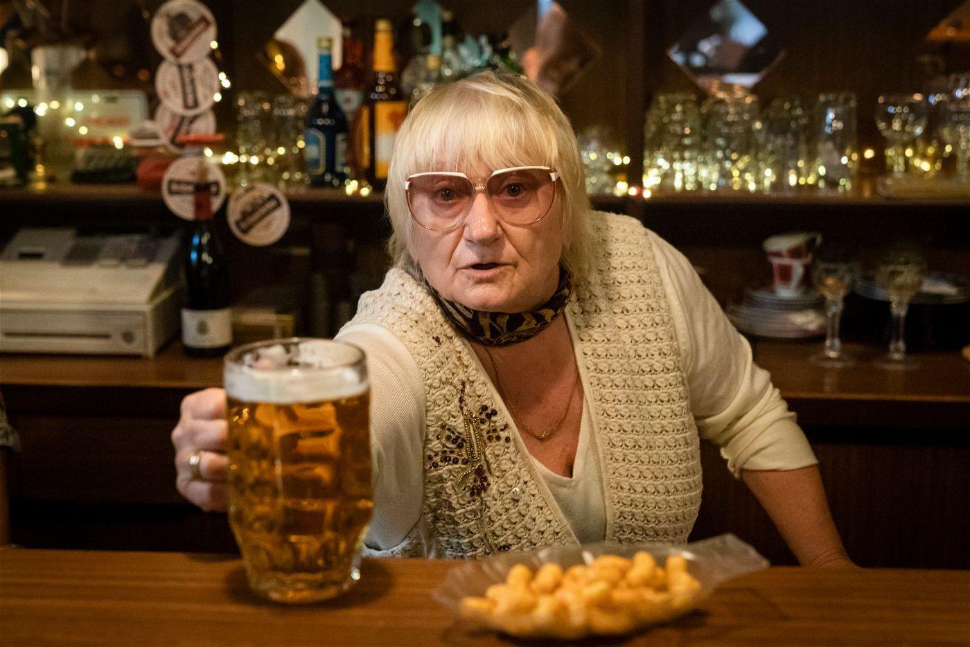 Ein Bierchen bei Herta (Carmen-Maja Antoni) kann nicht schaden.