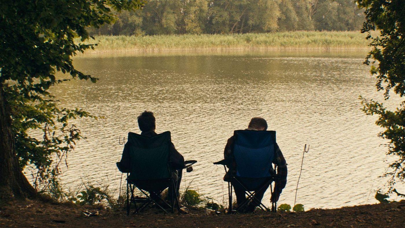 Am Angelplatz ihrer Kindheit und Jugend treffen sich Martin (Florian Bartholomäi, links) und Eric (Bernhard Conrad) zu einer Aussprache.