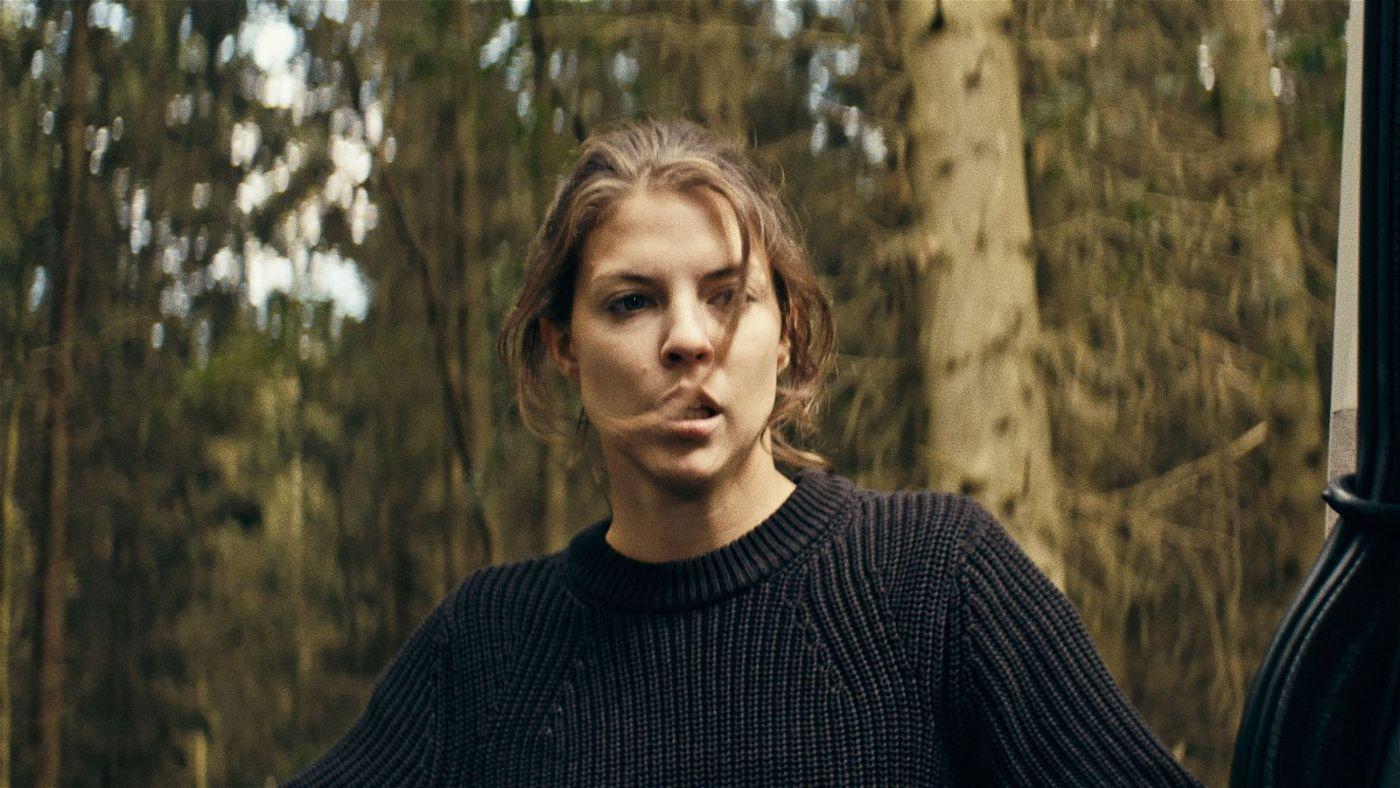 Frenni (Maike Johanna Reuter) macht sich voller Verzweiflung auf die Suche nach ihrem Freund.
