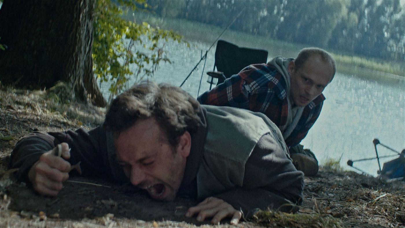 Eric (Bernhard Conrad, rechts) will seinen alten Freund Martin (Florian Bartholomäi) an der Flucht hindern.