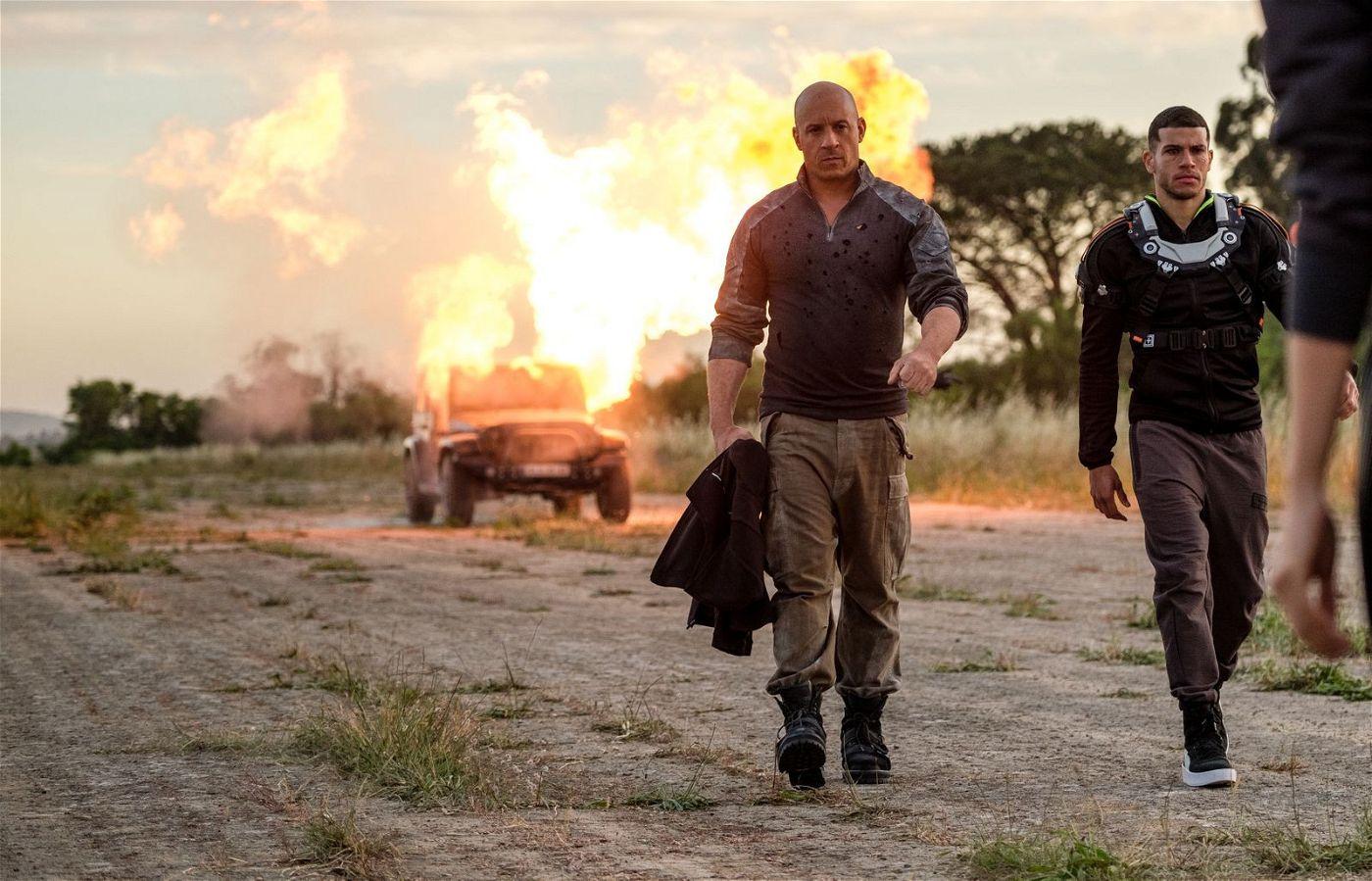 Ray Garrison (Vin Diesel, links), der von dem ebenfalls hochgerüsteten Soldaten Tibbs (Alex Hernandez) begleitet wird, lässt es auf seinem Rachefeldzug ordentlich krachen.