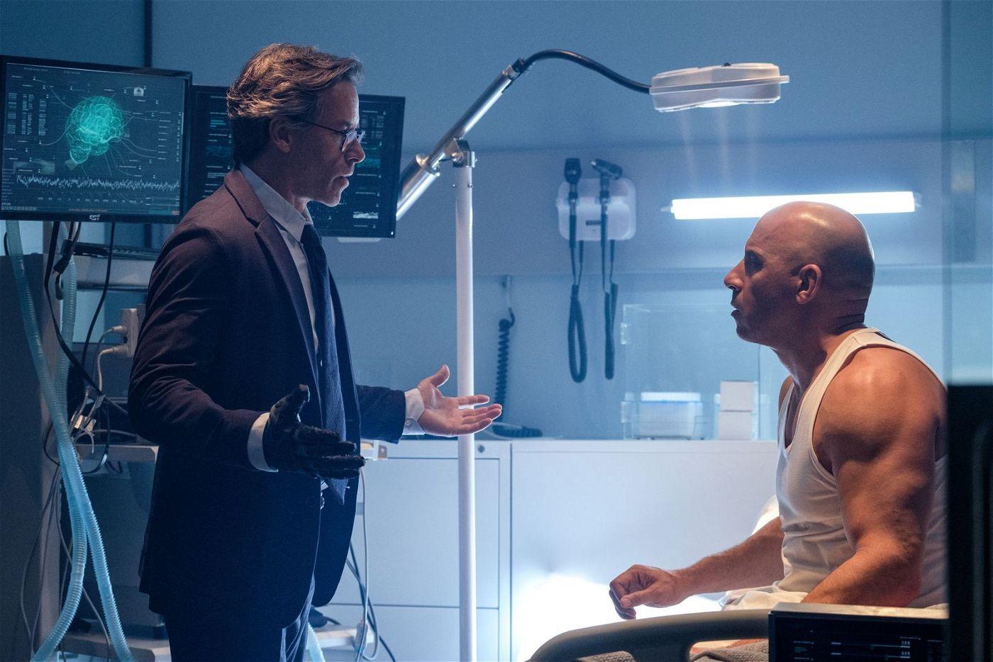 RST-Projektleiter Dr. Harting (Guy Pearce, links) klärt Ray Garrison (Vin Diesel) über seinen Zustand auf.