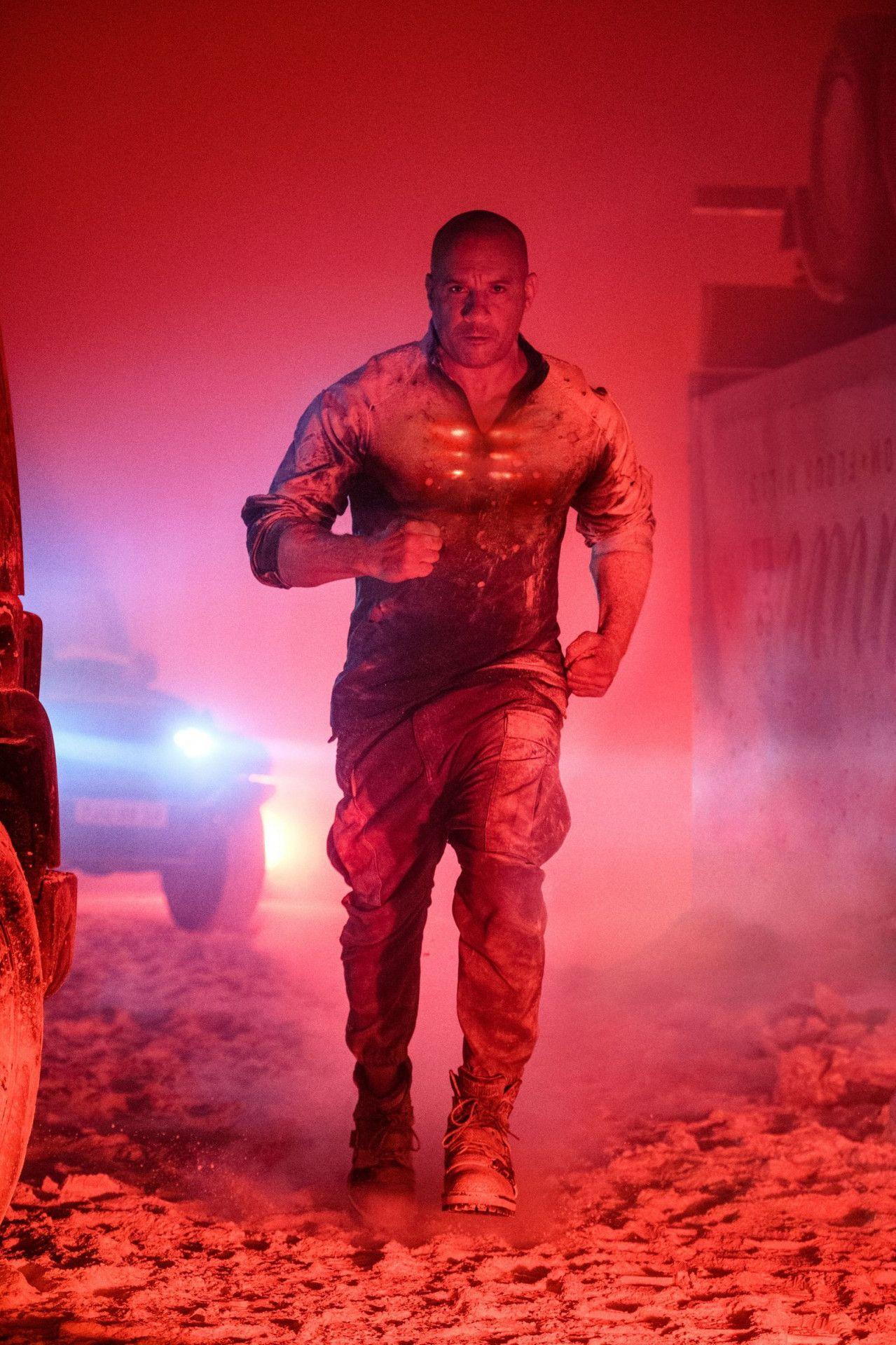 Wild entschlossen und durch nichts aufzuhalten: In einem Tunnel stellt der wiederbelebte, technisch hochgerüstete Ray Garrison alias Bloodshot (Vin Diesel) den Mörder seiner Frau.