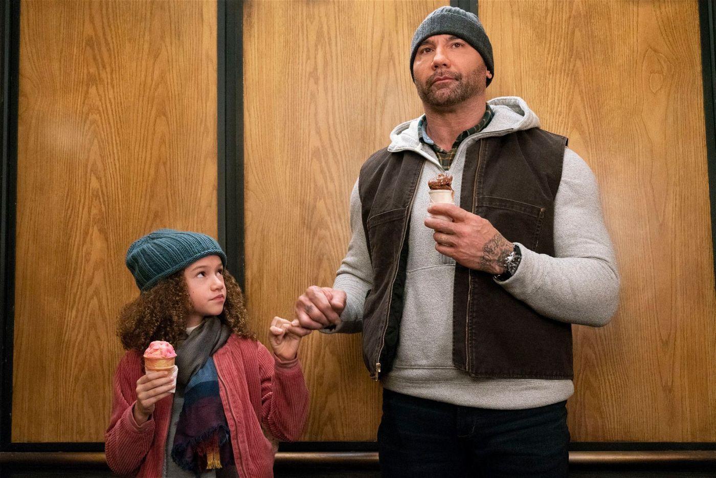 Agent JJ (Dave Bautista) hat plötzlich die kleine Sophie (Chloe Coleman) an der Backe.