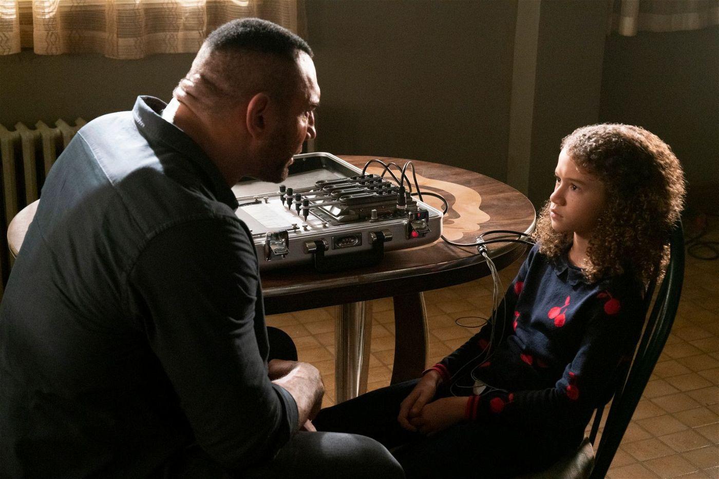 Agent JJ (Dave Bautista) zeigt Sophie (Chloe Coleman), was ein Lügendetektor ist.